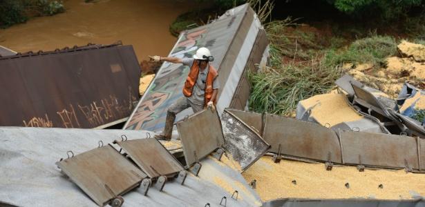 Vagão descarrilado na cidade de Mateus Leme, na região metropolitana de Belo Horizonte