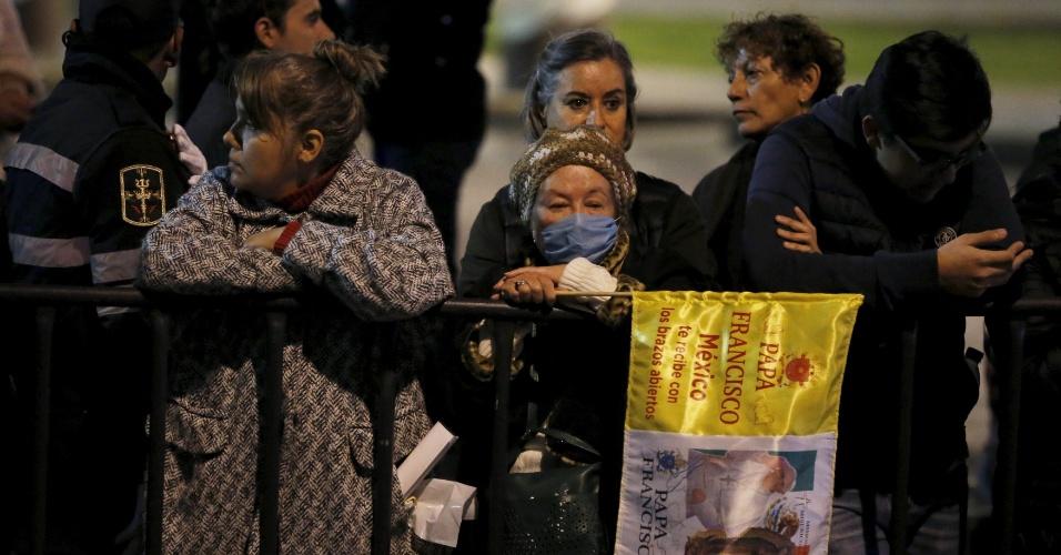 13.fev.2016 - Mexicanos esperam pela passagem de carro do papa Francisco na Cidade do México. Em sua visita de cinco dias ao país, o pontífice deve abordar assuntos como violência, pobreza, migração e corrupção