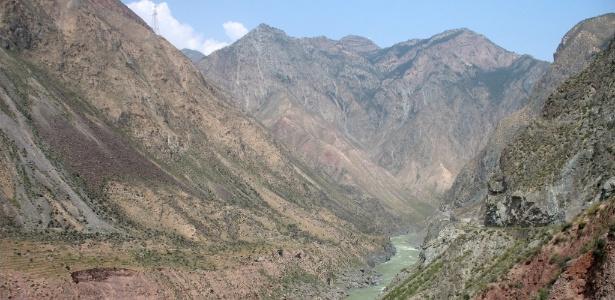 Imagem divulgada por Quinglong Wu, da Universidade Normal Nanjing, mostra o vale no noroeste da China onde teria ocorrido uma inundação que deu origem à dinastia Xia