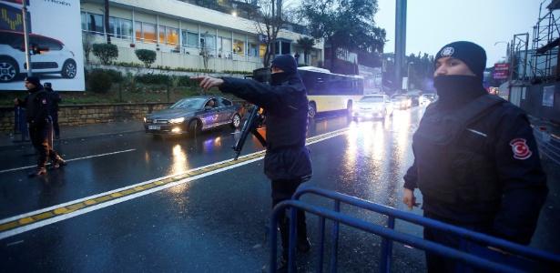 Policiais fazem a segurança nos arredores da boate Reina, onde ocorreu o ataque