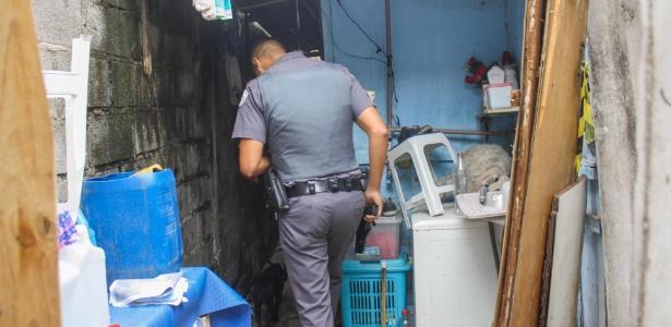 Policial faz buscas na casa do pintor Jorge Luiz Morais de Oliveira, na favela Alba