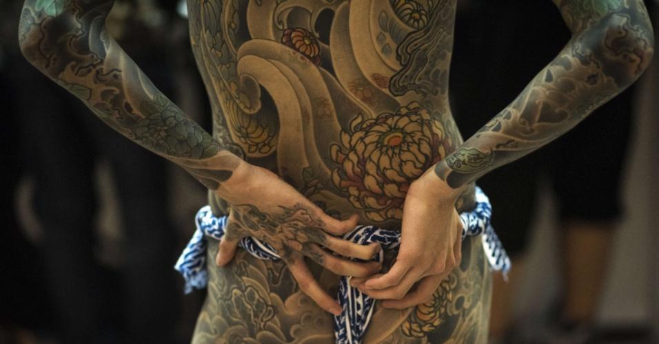 1º.out.2015 - Chinês exibe o corpo coberto de tatuagens durante convenção de tatuagem em Xangai (China)