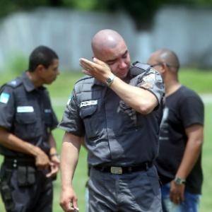 Policial militar chora durante enterro do soldado Neandro Santos de Oliveira, queimado vivo por traficantes