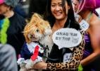Fofos ou assustadores? Concurso premia melhor fantasia canina para Dia das Bruxas (Foto: Eduardo Munoz/Reuters)