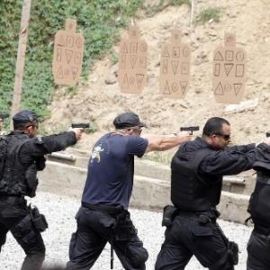 22.jun.2015 - Policiais militares do Rio treinam tiros em alvos