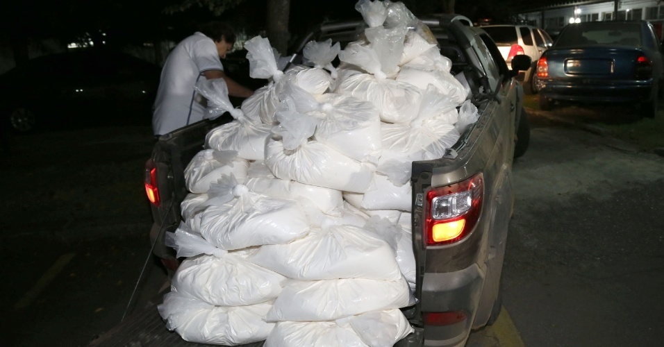 18.jul.2015 - O Denarc (Departamento de Narcóticos) apreendeu cerca de 1,6 tonelada de cocaína, além de componentes químicos usados na fabricação da droga, quatro fuzis e uma pistola em uma casa no limite entre as cidades de Santa Isabel, Guararema e Jacareí (SP) nesta sexta-feira (17). O local era um dos principais pontos de produção e distribuição de cocaína do Estado; cinco pessoas foram presas