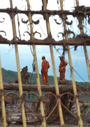 Equipes trabalham na busca de vítimas dias após o rompimento de duas barragens da mineradora Samarco, em Bento Rodrigues, Mariana (MG)