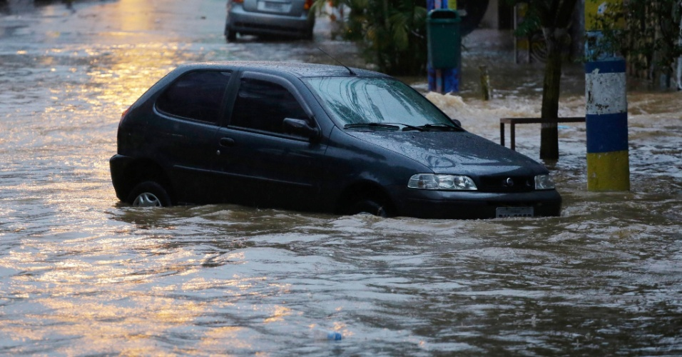26.dez.2015 - A chuva que caiu sobre São Paulo neste sábado (26) alagou a rua Harmonia, na Vila Madalena, zona oeste da capital paulista.  As zonas norte, oeste, centro, sul e as marginais Tietê e Pinheiros ficaram em estado de atenção