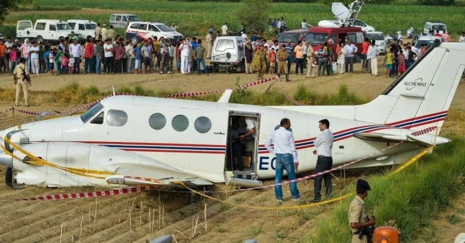 24.mai.2016 - Um avião fez um pouso forçado em uma área rural de Nova Déli, na Índia. As sete pessoas que estavam a bordo sobreviveram ao acidente