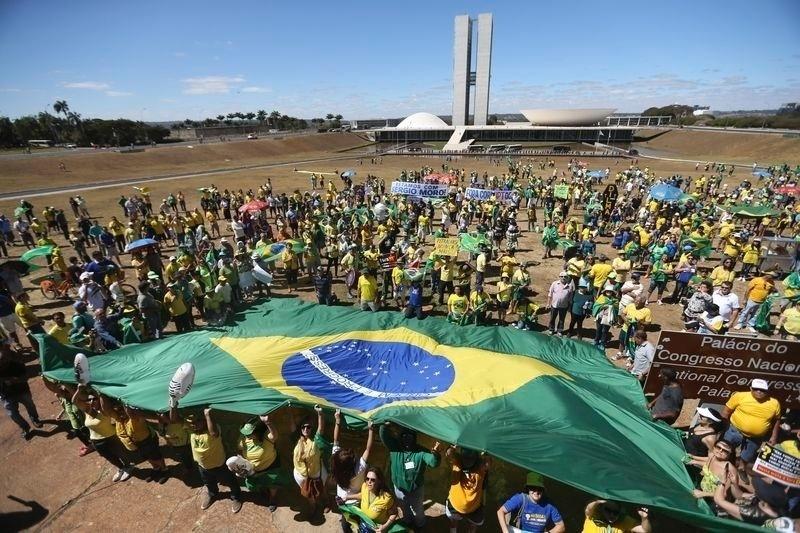 31.jul.2016 - Manifestantes fazem atos a favor do impeachment da presidente afastada, Dilma Rousseff, em apoio à Operação Lava Jato e contra a corrupção, em Brasília