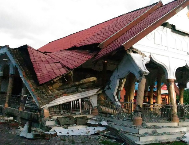 Construção danificada após o terremoto ao norte da ilha de Sumatra