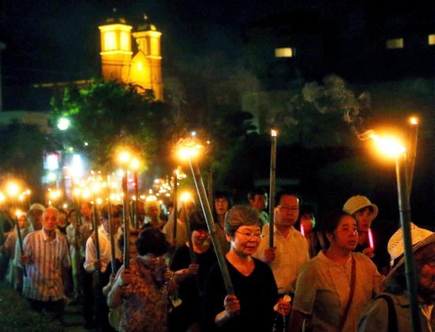 Freiras e fiéis marcham pela paz diante da catedral de Urakami, em Nagasaki