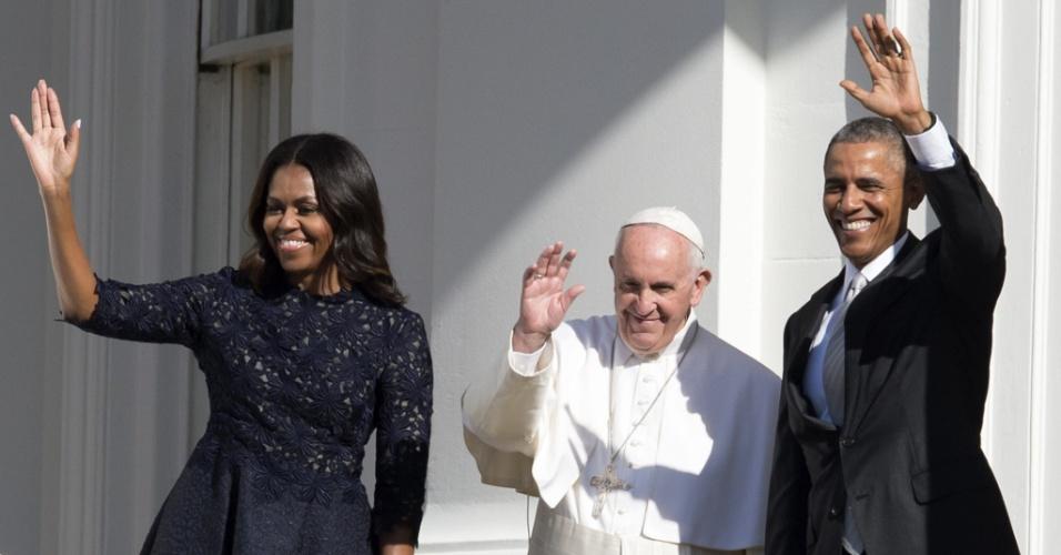 23.set.2015 - Papa Francisco saúda público na Casa Branca, em Washington, onde é recebido pelo presidente dos Estados Unidos, Barack Obama, e pela primeira-dama Michelle Obama