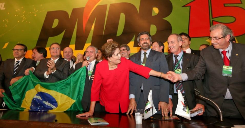 Com Dilma e Temer, na convenção que referendou o apoio do PMDB à candidatura à reeleição da presidente, em junho de 2014. Na foto, Cunha aparece segurando a mão de Dilma