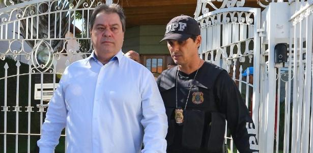 O ex-senador Gim Argello (PTB-DF) deixa sua residência escoltado por agentes da Polícia Federal, em abril de 2016