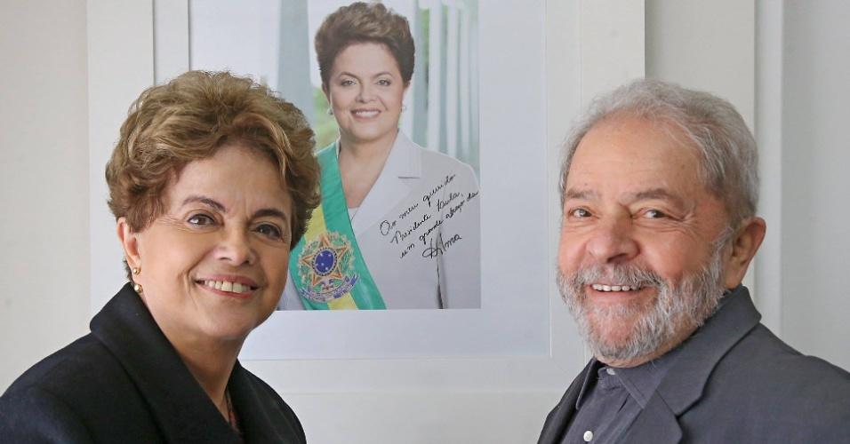10.jun.2016 - A presidente afastada, Dilma Rousseff, visitou nesta sexta-feira o ex-presidente Lula, em São Paulo. Em seu perfil no Facebook, onde a foto foi publicada, Lula disse ter recebido Dilma com um abraço. A presidente afastada está no Estado desde ontem, quando visitou a cidade de Campinas