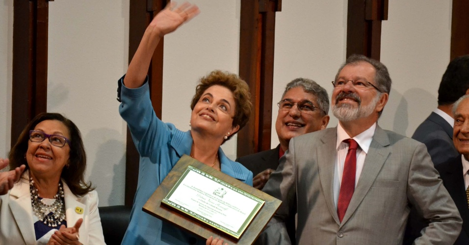 16.jun.2016 - A presidente afastada, Dilma Rousseff recebe o título de cidadã baiana pela Assembleia Legislativa da Bahia, em Salvador (BA)