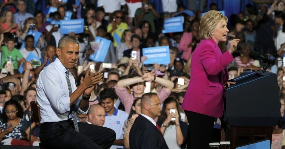 5.jul.2016 - O presidente dos Estados Unidos, Barack Obama, aplaude a candidata democrata à presidência, Hillary Clinton, durante um evento da campanha em Charlotte, na Carolina do Norte. Esta foi a primeira vez que Obama participou de um evento para apoiar Hillary