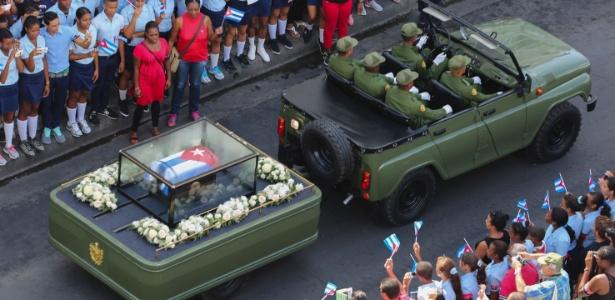 Cortejo com cinzas de final é saudado pelas ruas de Santiago de Cuba