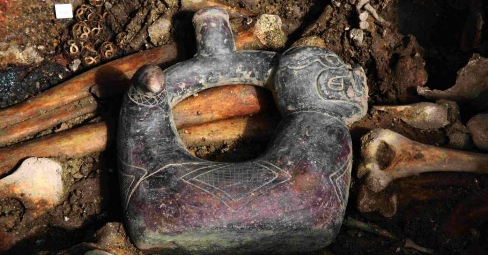 15.set.2015 - Equipe de pesquisadores peruanos e japoneses encontraram no norte do Peru uma tumba com cerca de 2.700 anos em que estavam restos de sacerdotes da cultura pré-incaica de Pacopampa. No centro da foto está uma escultura de cerâmica como representação de uma serpente