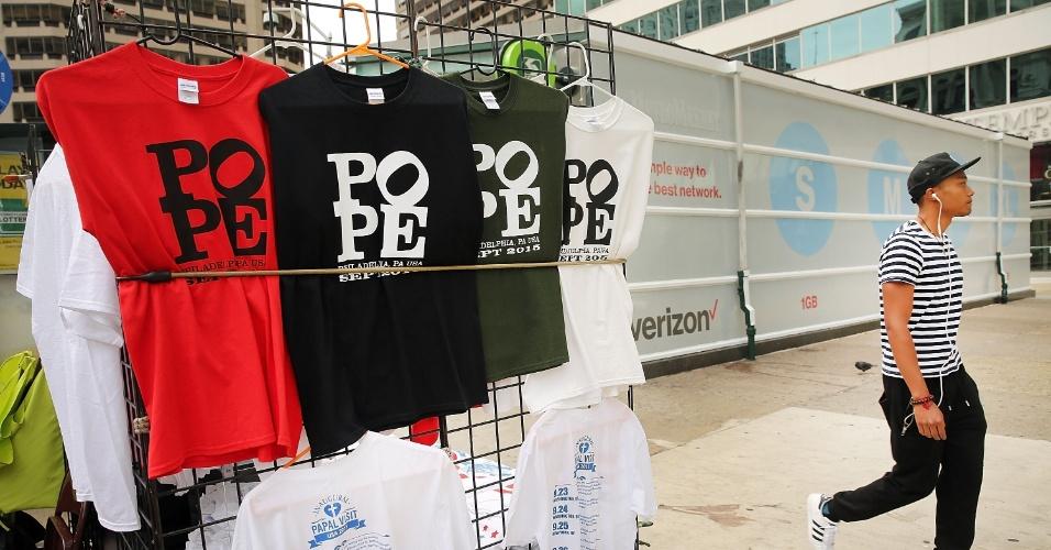 22.set.2015 - Camisetas celebrando a visita do papa Francisco a Filadélfia são vendidas na rua em Nova York