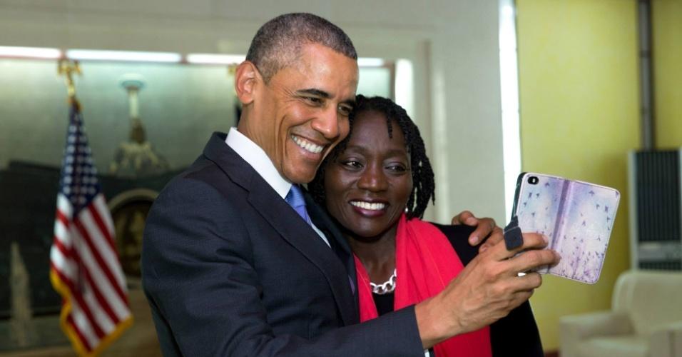 31.jul.2015 - O presidente dos EUA, Barack Obama, tira selfie com sua meia-irmã Auma Obama durante visita ao Quênia