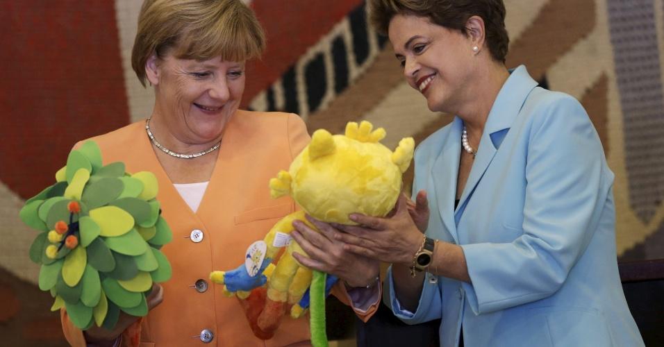 20.ago.2015 - Angela Merkel recebeu os mascotes da Olímpiada do Rio 2016, Vinicius, e o mascote da Paraoimpíada, Tom. Em reunião realizada na quinta-feira (20), Merkel pressionou o governo brasileiro para abrir seus mercados para companhias estrangeiras e disse que vê uma oportunidade para alcançar um acordo de livre comércio entre a União Europeia e o Mercosul.