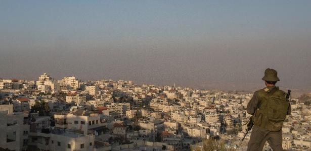Soldado israelense observa bairro palestino em Jerusalém Oriental