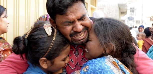 28.mar.2016 - Paquistaneses choram a morte de familiares em atentados em Lahore