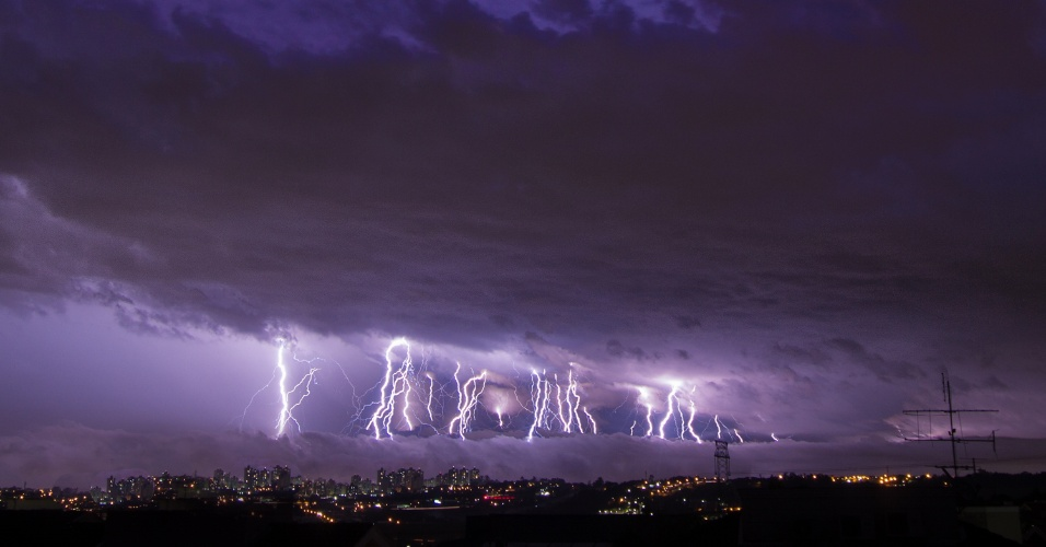 5.jun.2016 - O engenheiro Rafael Coutinho, 53, registrou algumas das microexplosões ocorridas durante a tempestade que provocou destruição em Campinas (a 93 quilômetros de São Paulo) entre a noite de sábado e a madrugada de domingo. A microexplosão é um evento intenso e pode causar estragos semelhantes aos de um tornado