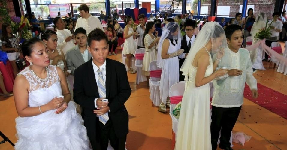28.jun.2015 - Gays participam de casamento coletivo na cidade de Quezon, nas Filipinas. Pelo menos 11 casais participaram da cerimônia que foi presidida pelo pastor fundador igreja LGBT CeeJay Agbayani