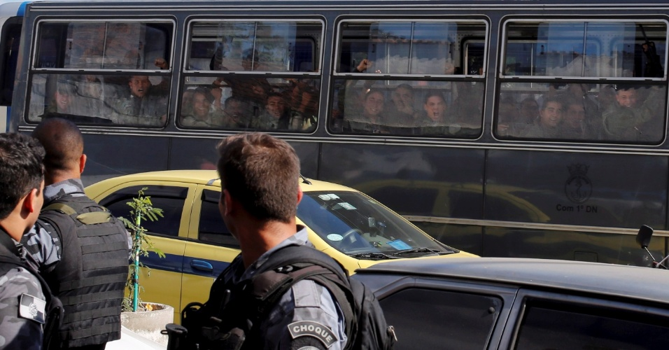 30.jun.2015 - Soldados comemoram saída do Exército do Complexo da Maré, na zona norte do Rio de Janeiro. O comando foi entregue à Polícia Militar, que irá implantar UPPs (Unidade de Polícia Pacificadora) na região