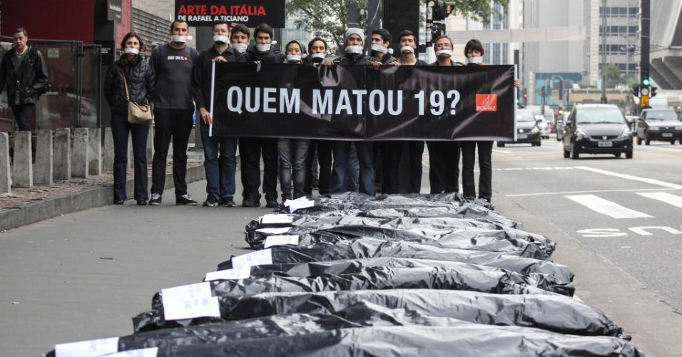 28.ago.2015 - Manifestantes da ONG Rio de Paz protestam na avenida Paulista, região central de São Paulo, contra a chacina que fez 19 vítimas, em Osasco e Barueri, no último dia 13. O ato ocorreu após a morte de Leticia da Silva, 15, a vítima mais jovem