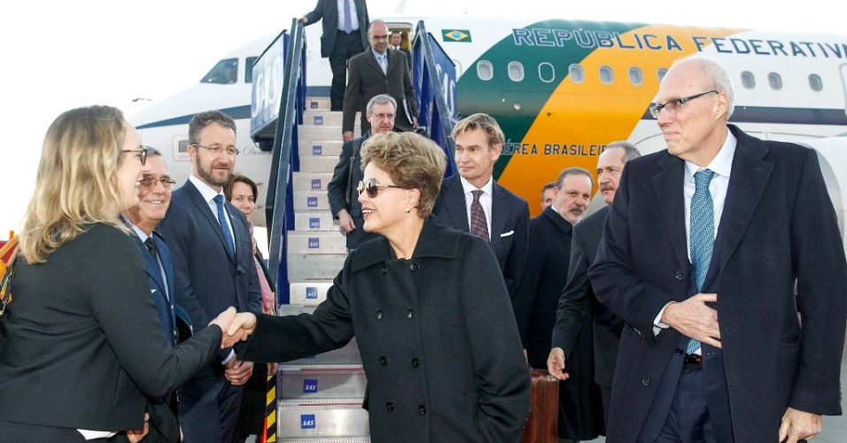 17.out.2015 - A presidente Dilma Rousseff desembarca em Estocolmo, na Suécia, para visita oficial de dois dias. Ela deve visitar a sede da SAAB, onde são fabricados os Gripen NG, caças comprados pelo Brasil