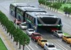 China apresenta 'ônibus do futuro', que leva 1.200 pessoas e trafega sobre carros