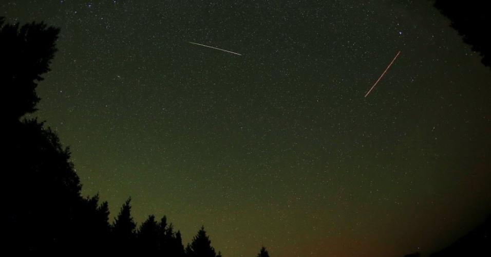 13.ago.2015 - Meteoros iluminam o céu durante a chuva Perseidas, em Gemuend, Alemanha. O evento ocorre anualmente e tem este nome por ser avistado da Terra próximo da constelação de Perseu