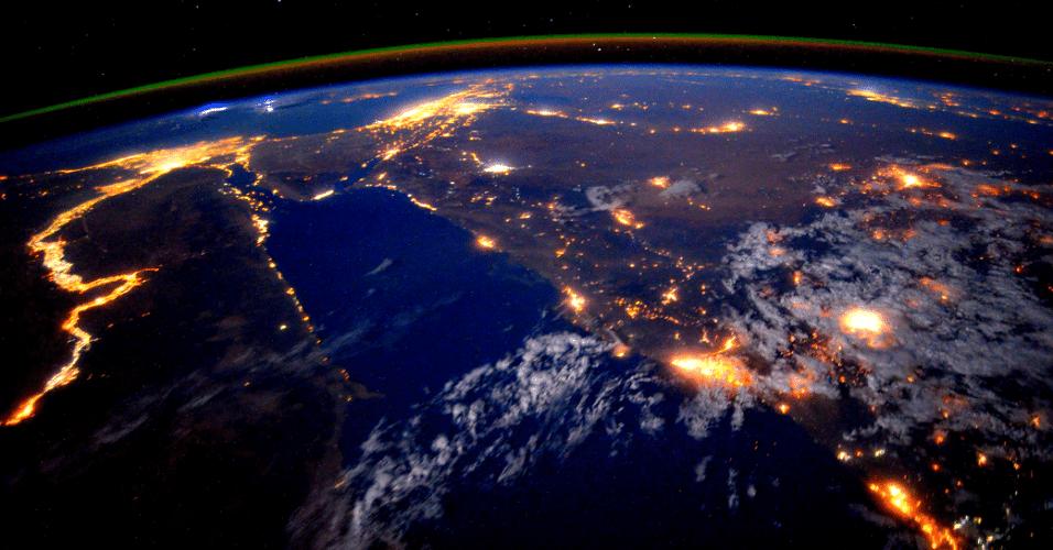 """25.set.2015 - O astronauta da Nasa (Agência Espacial dos EUA) Scott Kelly fotografou o rio Nilo durante um sobrevoo noturno em 22 de setembro de 2015, cuja imagem foi divulgada hoje. Ele e uma equipe de astronautas estão em missão de um ano na Estação Espacial Internacional. """"Dia 179. O Nilo à noite é uma bela vista para estes olhos doloridos. Boa noite da estação espacial"""", escreveu em seu twitter"""