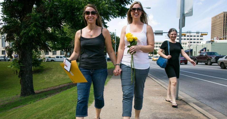 26.jun.2015 - Andee (à esquerda) e Renee Hamm-Bennett deixam o tribunal do condado de Travis, após receberem seu certificado de casamento em Austin, no Texas. A Suprema Corte, a mais alta instância da Justiça norte-americana, decidiu que casais homossexuais devem ter os mesmos direitos que os casais heterossexuais. Na prática, está legalizado o casamento civil gay nos Estados Unidos