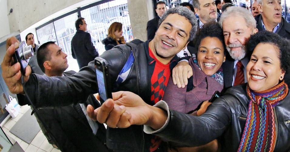 11.set.2015 - O ex-presidente Luiz Inácio Lula da Silva tira fotos com funcionários durante inauguração do Centro de Inovação dos Trabalhadores (CITRA), em Buenos Aires, na Argentina. Lula disse que não recebeu a requisição da Polícia Federal para ouvi-lo no caso de desvios da Petrobras investigados pela Operação Lava Jato.