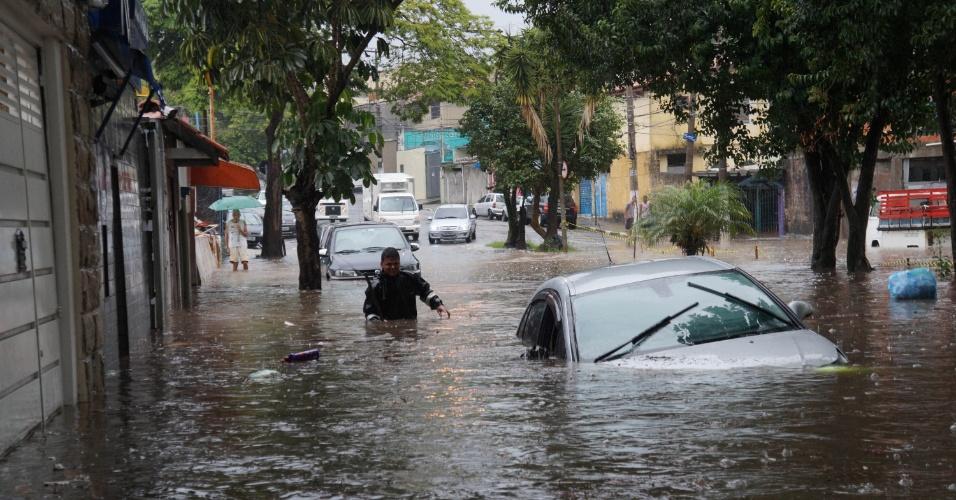 19.fev.2016 - A forte chuva que atingiu a cidade de São Paulo gerou enchentes em diversas avenidas, como na João Batista Di Vitoriano, zona sul da capital. Por volta das 20h, todas as regiões da capital paulista ficaram em estado de atenção