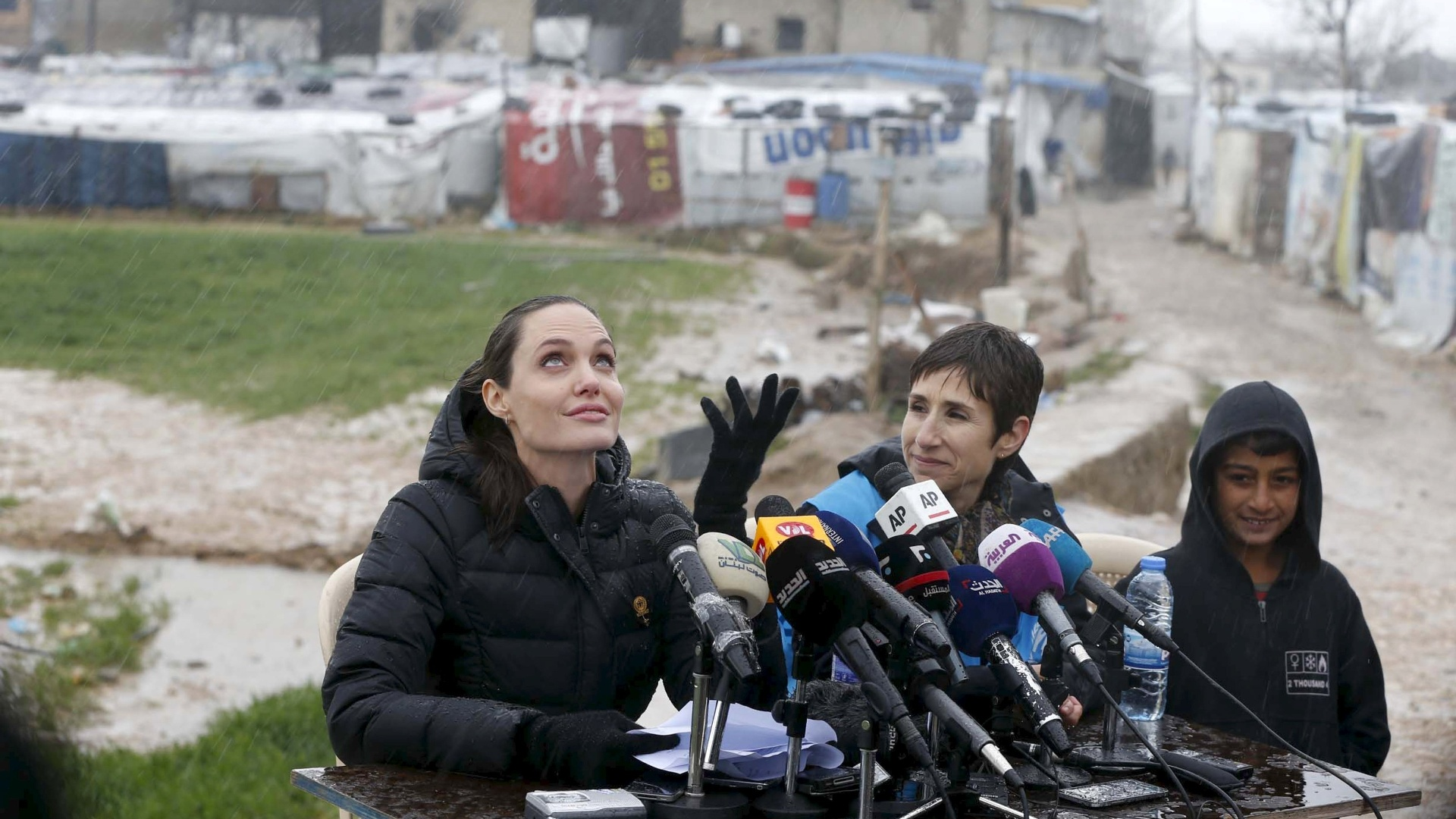 15.mar.2016 - A atriz norte-americana Angelina Jolie, embaixadora da boa vontade do Alto Comissariado da ONU para os Refugiados (Acnur), fala com a imprensa após visitar refugiados sírios no vale de Bekaa, no Líbano. Há cinco anos começavam os protestos contra o presidente sírio, Bashar al-Assad, que deram início a uma guerra civil devastadora no país