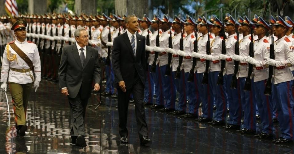 21.mar.2016 - O presidente dos EUA, Barack Obama (dir.), e o líder de Cuba, Raúl Castro (esq.), chegam juntos ao Palácio da Revolução em Havana, Cuba. Obama chegou ontem a Cuba para a primeira visita de um líder americano à ilha caribenha em 88 anos