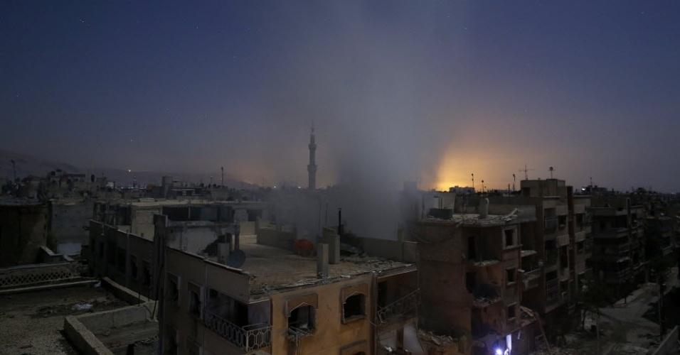 30.out.2015 - Coluna de fumaça surge próximo a edifícios em Douma, a leste de Damasco, na Síria, depois de bombardeio realizado pelas forças do governo sírio