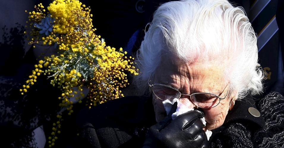 17.jul.2015 - Australiana parente de uma das vítimas da queda do voo MH17 da Malaysian Airlines se emociona em cerimônia de um ano do acidente, em memorial montado diante do Parlamento, em Camberra (Austrália), nesta sexta-feira (17). Na última terça-feira, a Austrália pediu ao Conselho de Segurança da ONU que estabeleça um tribunal internacional para julgar os suspeitos de derrubar o avião malaio quando sobrevoava o leste da Ucrânia