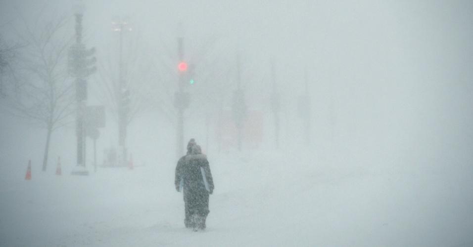 24.jan.2016 - Pessoas caminham sob a nevasca em Washington