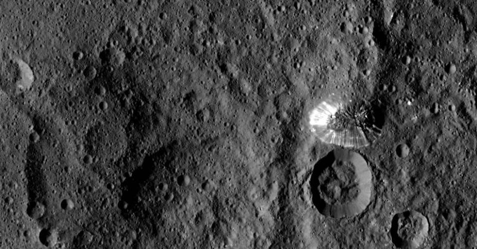 25.ago.2015 - A imagem mais detalhada do planeta Ceres já enviada pela sonda Dawn da Nasa (Agência Espacial Norte-Americana) mostra uma uma montanha em forma cônica e indícios da formação de crateras. A sonda leva 11 dias para capturar imagens de toda a superfície do planeta anão e transmiti-las para os cientistas na Terra. Um dos objetivos da pesquisa é mapear os minerais encontrados na superfície