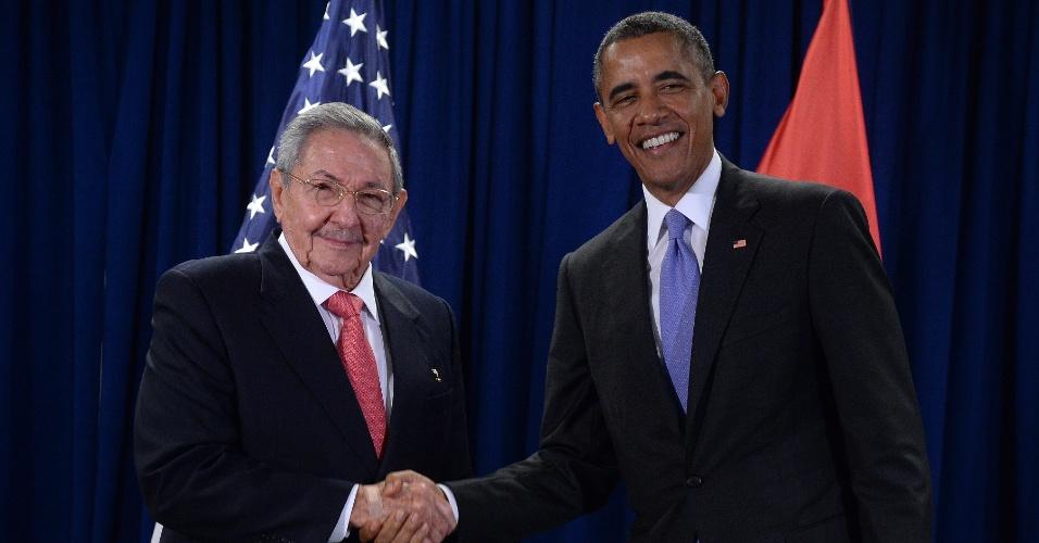29.set.2015 - Os presidentes Raúl Castro (à esq.), de Cuba, e Barack Obama, dos EUA, apertam as mãos na sede da ONU (Organização das Nações Unidas), em Nova York. Castro pediu que seja retirado o embargo econômico contra seu país