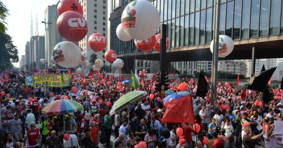 18.mar.2016 - Manifestantes se reúnem na avenida Paulista, em São Paulo, para ato pró-governo da presidente Dilma Rousseff, contra o processo de impeachment e a favor da democracia. Gritos como 'Não vai ter golpe' e o jingle 'Lula lá', utilizado na campanha do ex-presidente Lula nas eleições presidenciais de 1989, são cantados pelos participantes no protesto