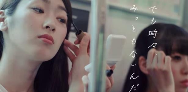 É falta de educação?: Empresa quer banir maquiagem no metrô no Japão