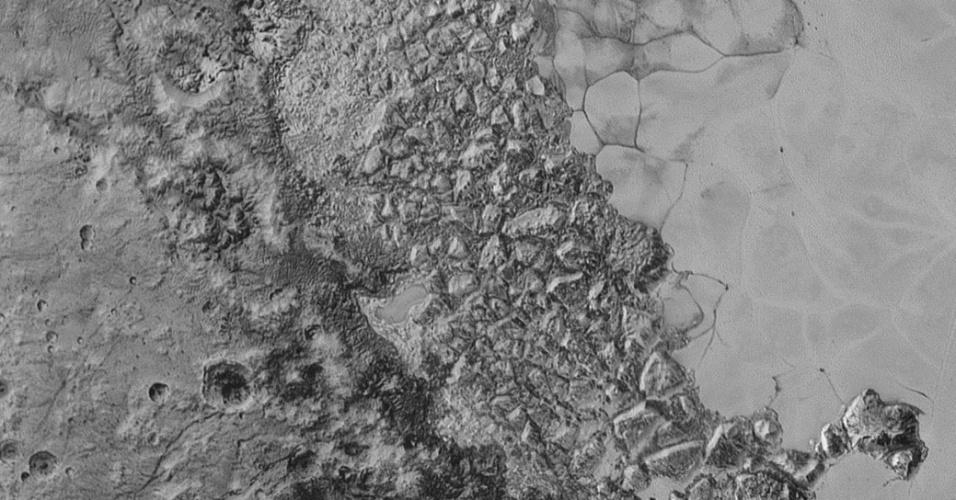 10.set.2015 - No centro desta imagem que representa 470 km de largura está uma grande região de terreno acidentado na ponta noroeste da vasta planície gelada informalmente chamada de Sputnik Planum. As menores características visíveis têm 800 metros no tamanho real. A imagem foi tirada pela sonda New Horizons durante sobrevoo a uma distância de 80 mil km em 14 de julho e divulgada nesta quinta-feira (10)